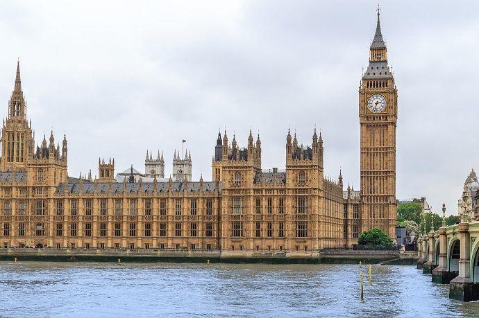 Visitar el Palacio de Westminster y el Big Ben.